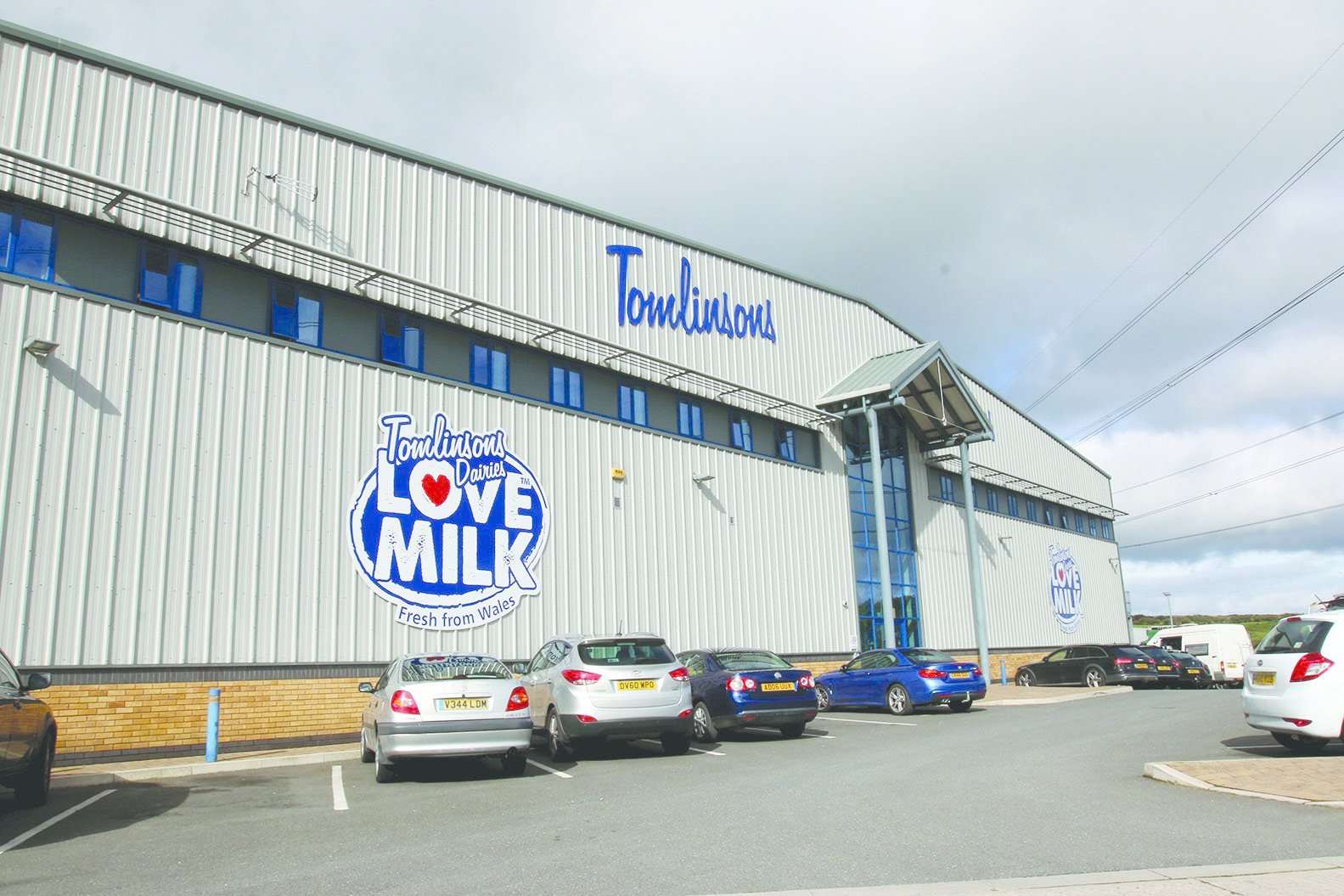 Tomlinsons Dairies: Call for answers after Wrexham dairy firm stops taking farmers' milk