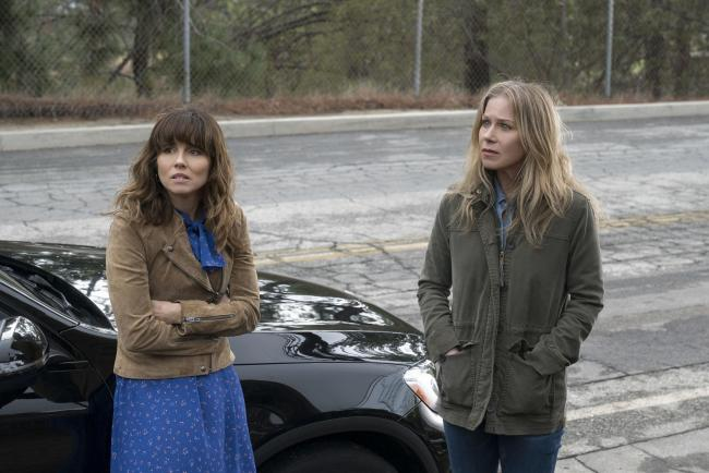 Dead To Me: Linda Cardellini as Judy and Christina Applegate as Jen.